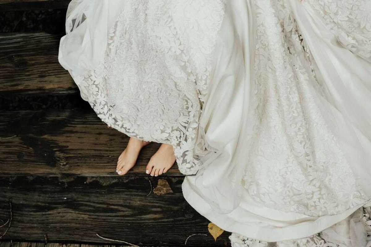barefoot_bride_lace_wedding_gown.jpg