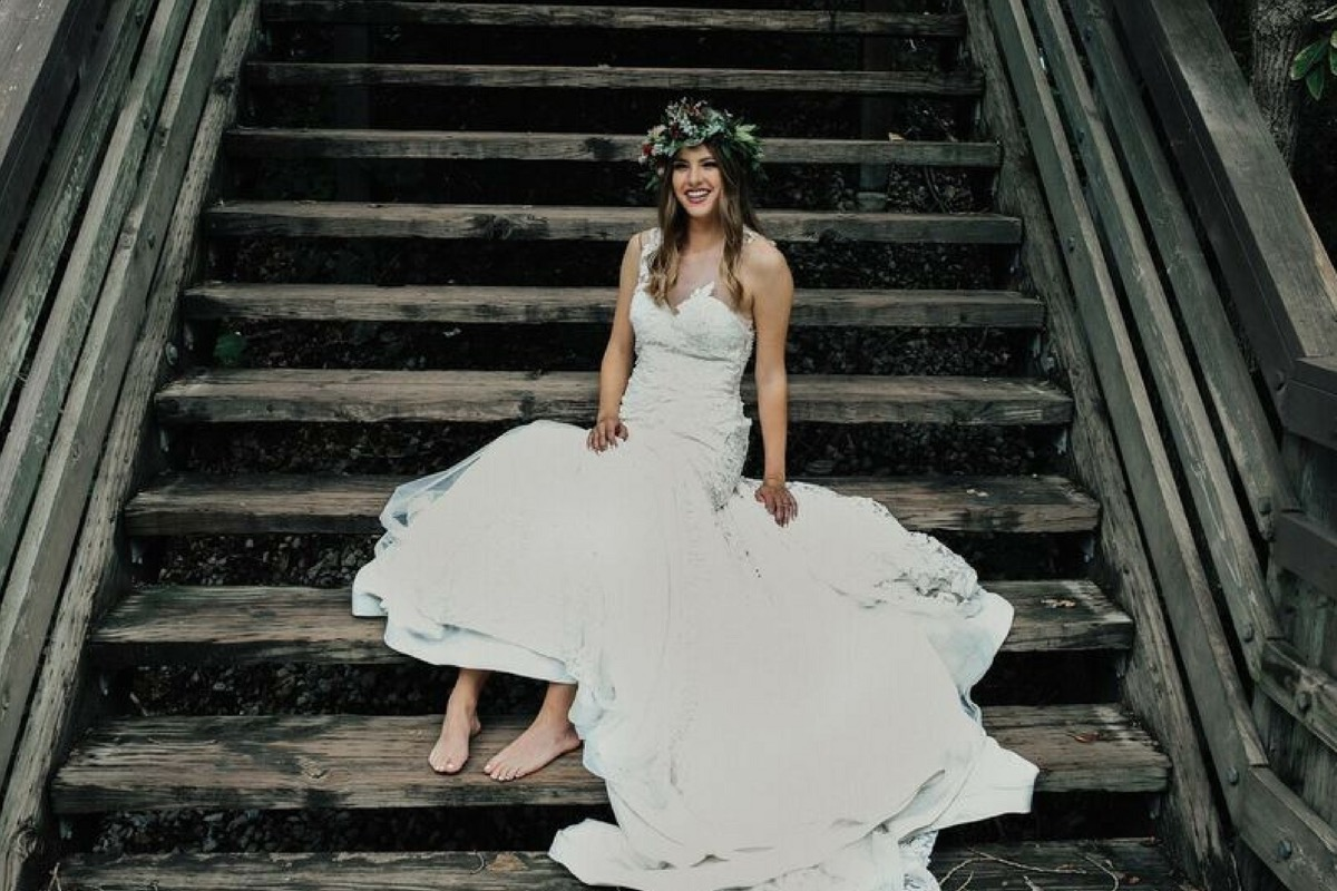 barefoot_bride_on_wooden_staircase.jpg
