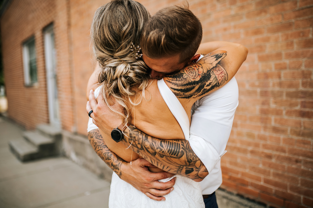boho_couple_with_tattoos_at_wedding.jpg
