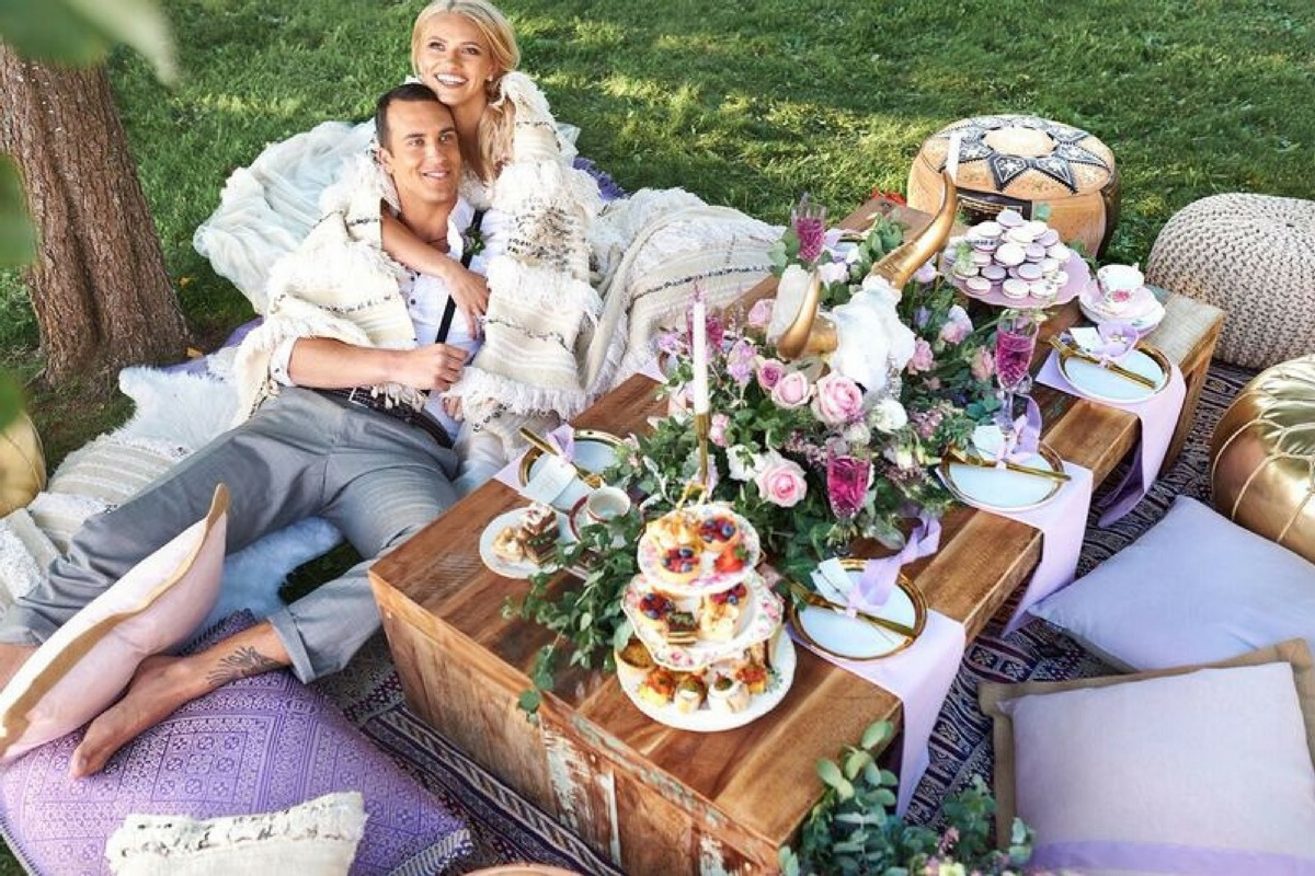 bride_and_groom_dining_in_pillows.jpg