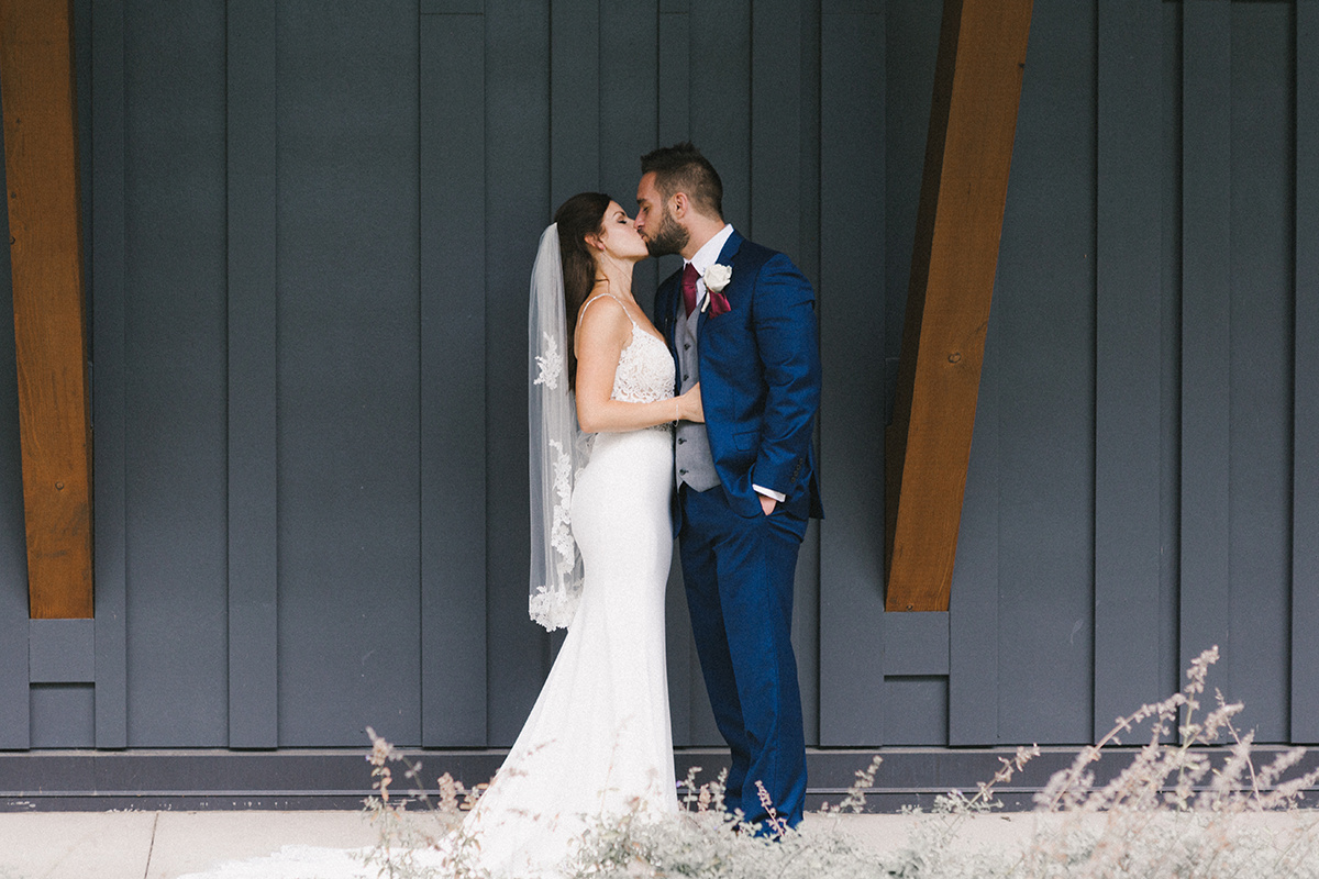 bride_and_groom_kissing_mn_arboretum.jpg