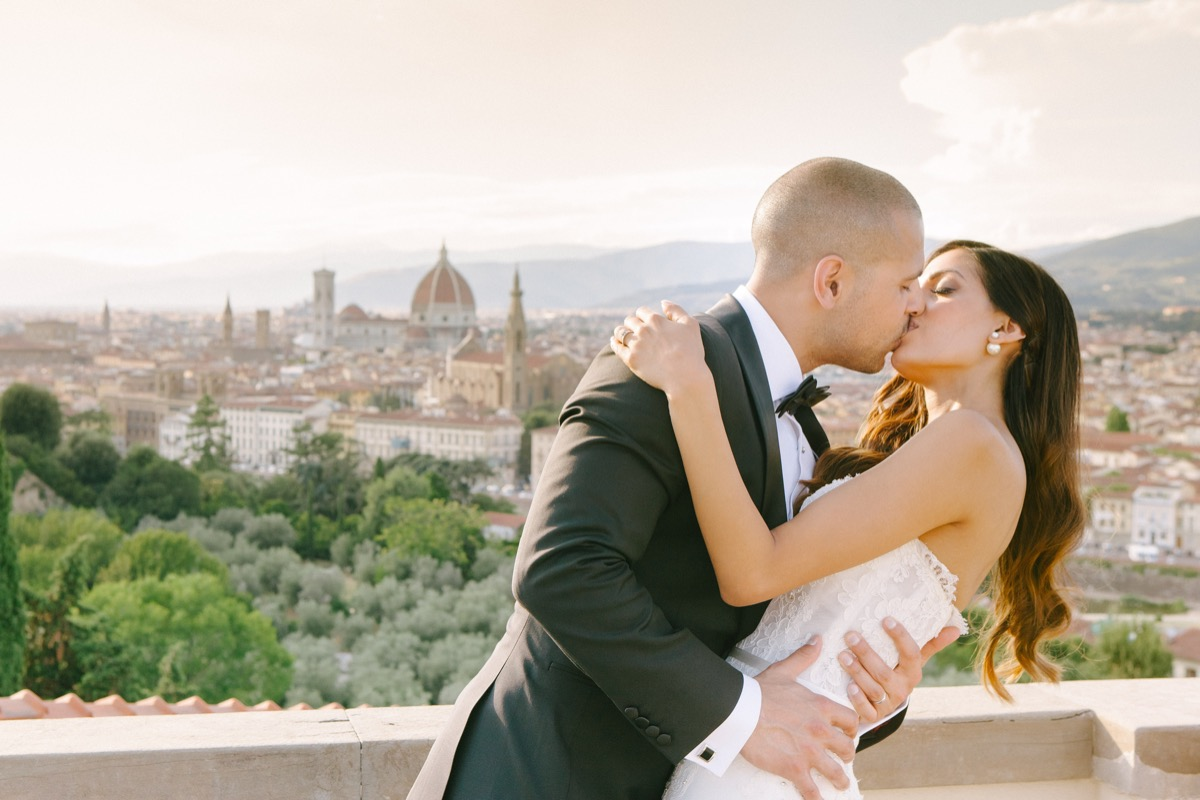 bride_groom_kissing_over_view_of_florence_italy.jpg