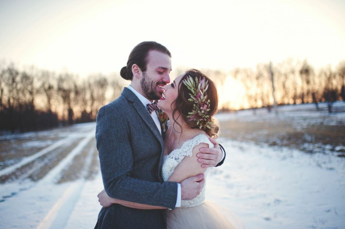 bride_groom_laughing_hugging_to_stay_warm_in_frigid_minnesota_winter_.jpg