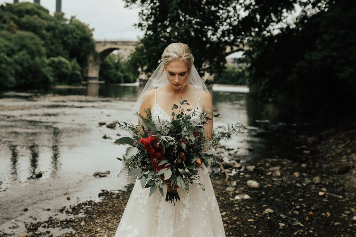 bride_with_bouquet_in_cold.jpg