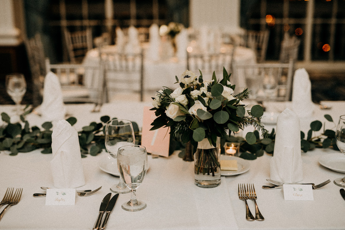 bridght_white_wedding_table_with_green_and_white_bouquets.jpg