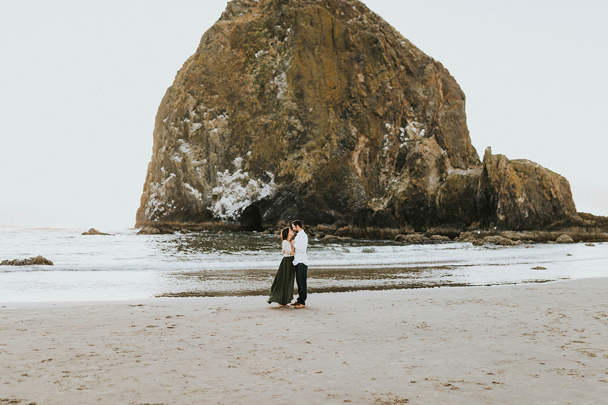 couple_dancing_oregon_beach_anniversary_photos.jpg