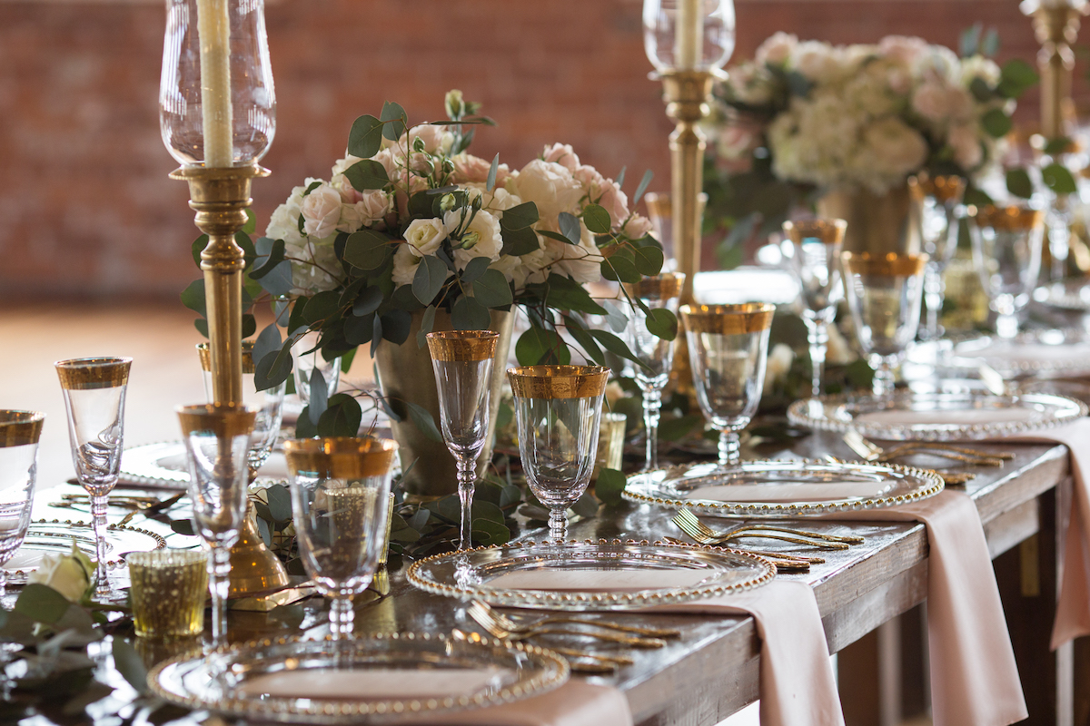elegant_gold_wedding_dinner_decor_pink_napkins.jpg