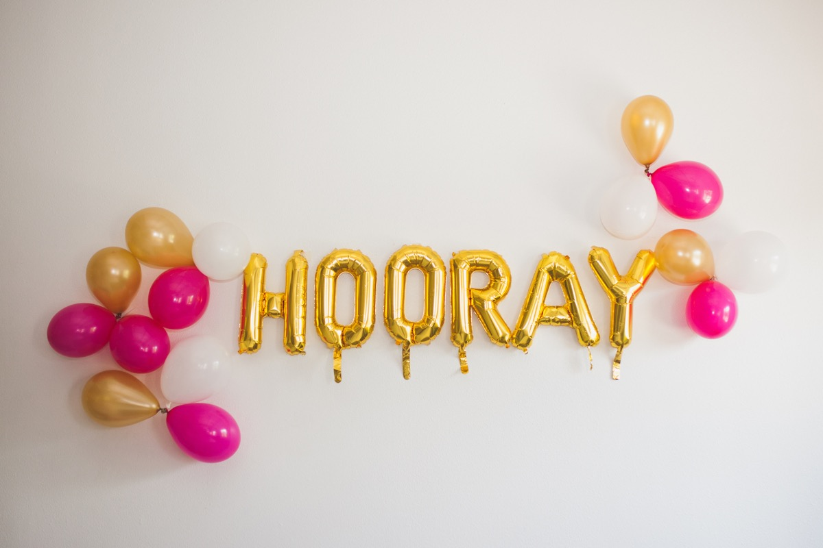 gold_horray_letter_baloons_pink_white_balloons_wall.jpg