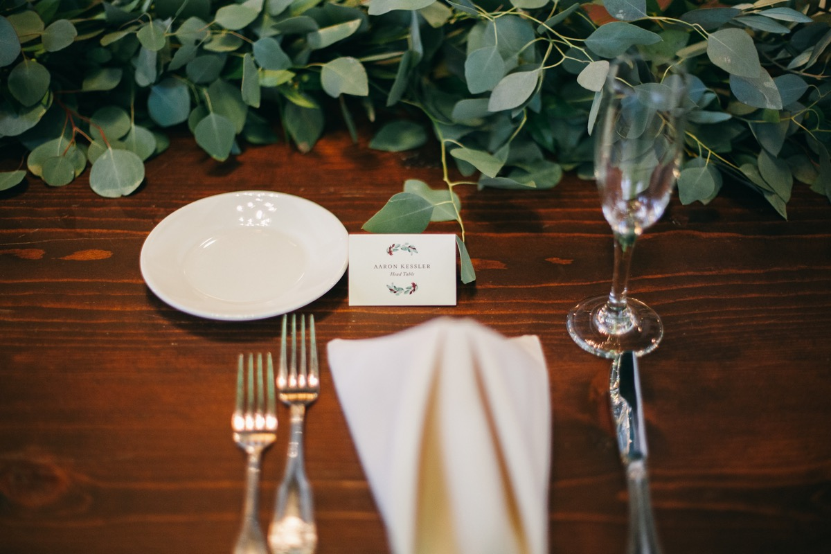 greenery_tablescape_closeup_head_table_place.jpg