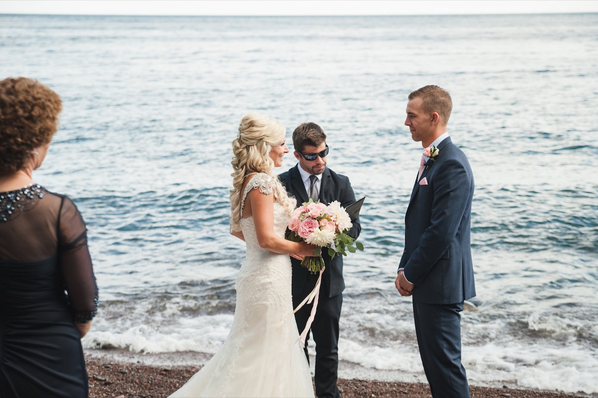 minnesota_fall_wedding_by_lake_superior_north_shore.jpg