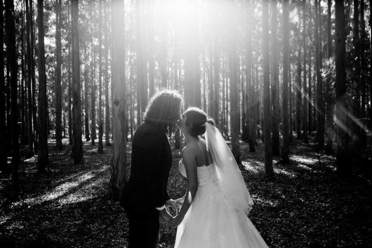 newlyweds_kiss_in_forrest.jpg