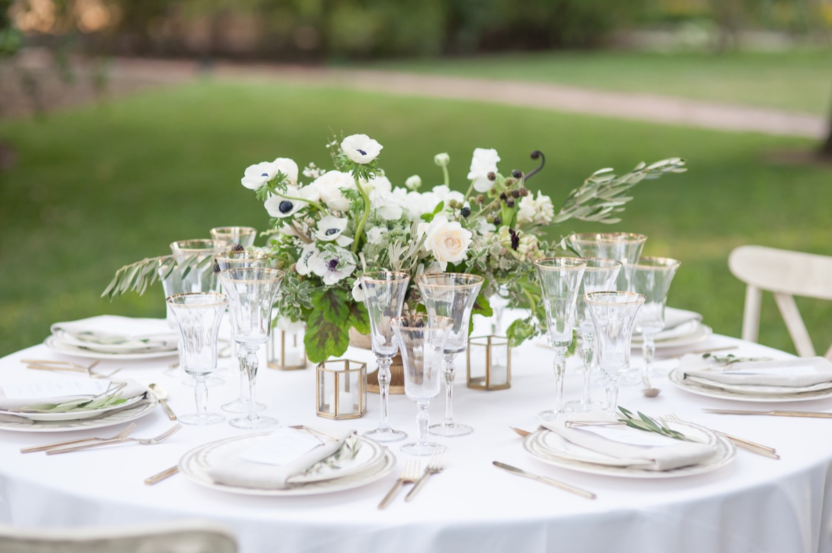 outdoor_round_wedding_reception_table_chapagne_glasses_gold_rim.jpg