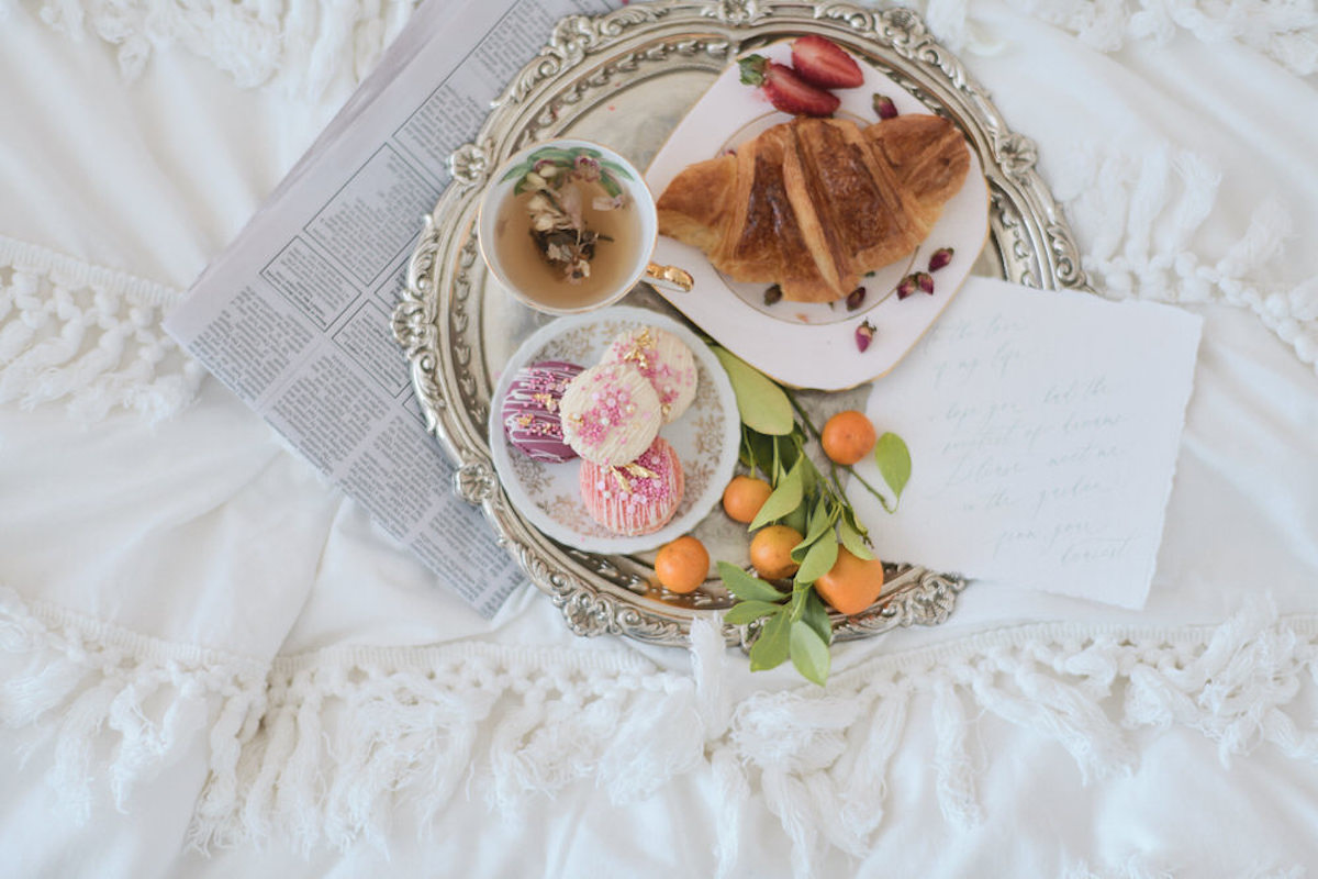 romantic_french_style_breakfast_in_bed_with_love_letter.jpg
