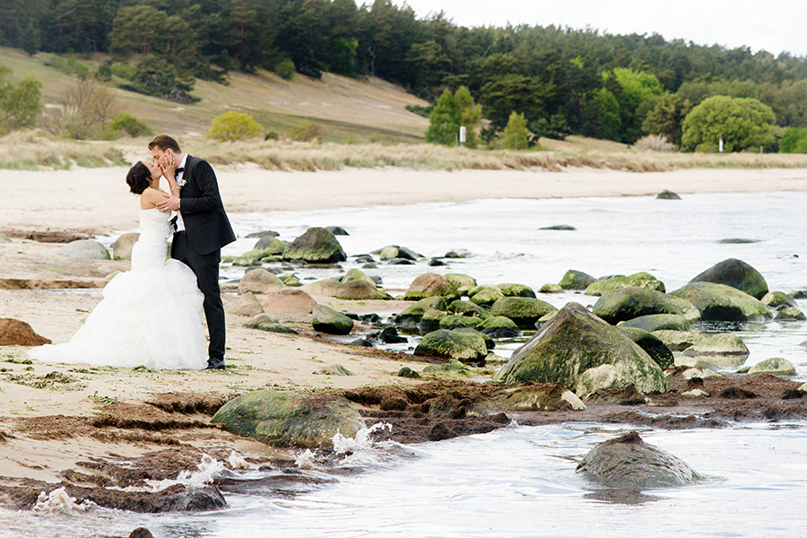 sweden_coast_wedding_bride_groom_kissing_rocks.jpg