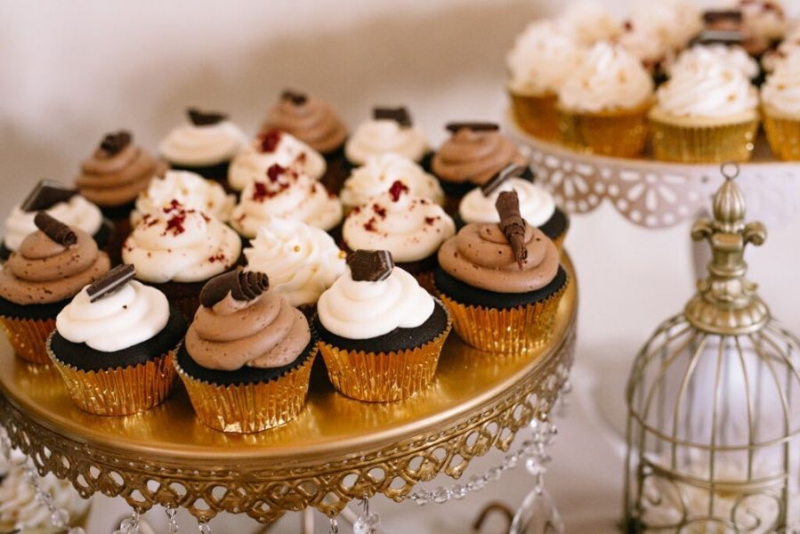 vanilla_and_chocolate_cupcakes_on_gold_platter_wedding.jpg