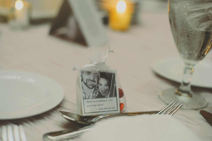 wedding_favors_picture_of_couple_with_thank_you_note.jpg