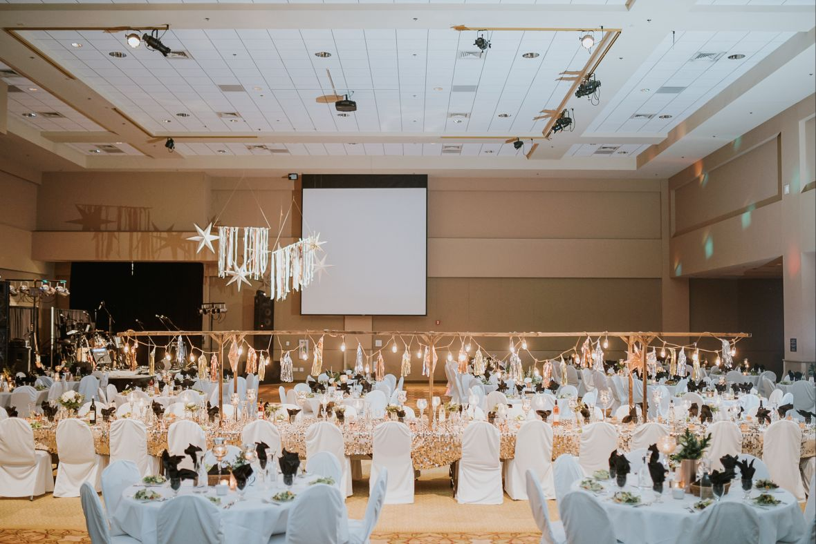 wedding_reception_room_gold_white_elegant_decor.jpg