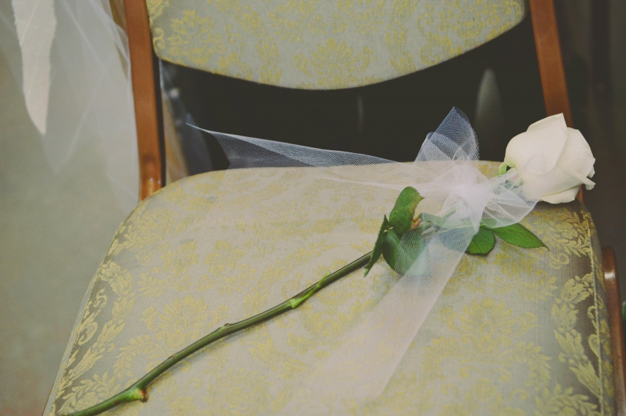 white_rose_on_wedding_seat_of_mother_who_has_passed_away.jpg