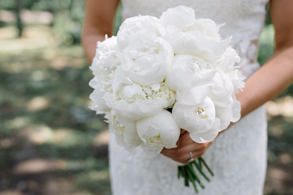white_roses_bouquet_bride_holding_it.jpg